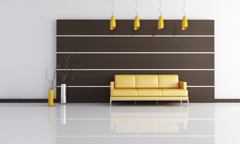 dunkle Wandpaneele mit gelbem Sofa